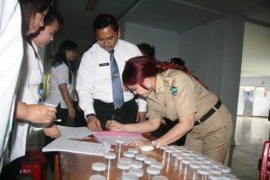 Bupati mengisi formulir pemeriksaan narkoba di aula Pemkab Minut