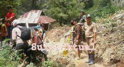 Tanah longsor yang menutup jalan penghubung antara Desa Manembo dan Desa Atep kembali terbuka setelah dibersihkan secara gotong royong.