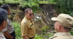 Bupati Minahasa Jantje Sajow saat meninjau korban bencana alam.