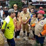 Kunjungi Korban Banjir dan Longsor, Menko PMK Salurkan Bantuan