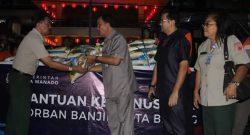 Plt Sekot Manado Rum Usulu mewakili Walikota Manado Vicky Lumentut menyerahkan bantuan Pemkot Manado untu korban banjir bandang di Bitung.