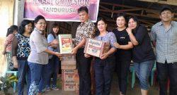 Jemaat GMIM Paulus Winebetan saat membantu korban bencana banjir di Kota Bitung.