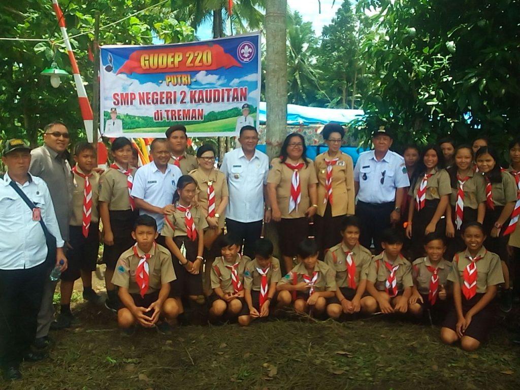 Wabup Joppi Lengkong bersama pembina dan anak-anak pramuka
