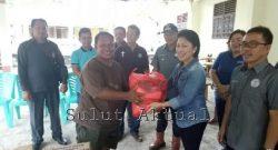 Bantuan dari WKI GMIM untuk korban banjir di Kota Bitung diserahkan Sekertaris WKI GMIM Micky Wenur.
