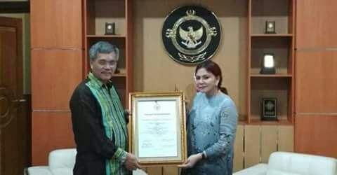 Bupati Minut Vonnie Panambunan menerima penghargaan dari BPK RI perwakilan Sulut atas pencapaian mempertahankan penilaian WTP.