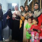 Family Sijum berbagi Nasi kotak di Masjid Raya A Yani