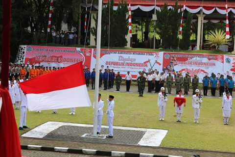 Proses jalannya pengibaran bendera oleh Paskibra Kabupaten Minut.