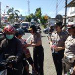 Aksi Simpatik, Polwan dan Bhayangkari Minut Bagi Bunga dan Coklat di Jalan