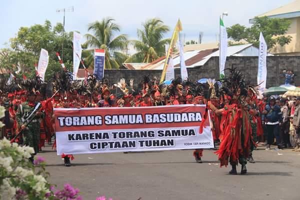 Parade 150 anggota TNI AD dari Kodim 1309 Manado memakai baju kabasaran.