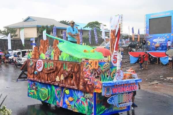 Iringan kendaraan hias bertemakan biota laut yang ada di Taman Laut Bunaken.