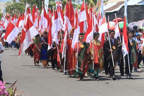 Barisan memakai pakaian adat Nusantara.