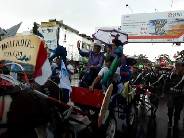Walikota Manado Dr Ir GS Vicky lumentut SH MSi DEA saat menaiki Bendi hias.