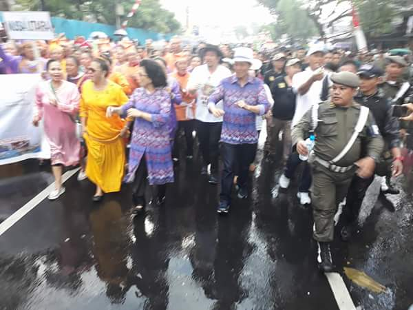 Walikota Manado Vicky lumentut berbaur dengan warga Manado