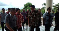 BAWA BERKAT: Gubernur Sulut Olly Dondokambey dan Bupati Mitra James Sumendap berkomitmen memberi bantuan pembangunan Gereja.