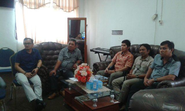Anggota DPRD Bitung sedang menyimak penyampaian Kadishub Sofyan.