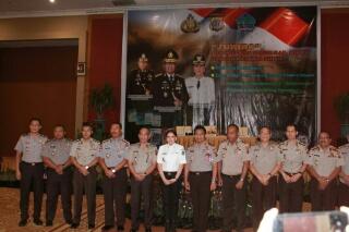 Foto bersama Bupati VAP dengan para petinggi Polda Sulut.