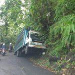 Dump Truck Bermuatan Besi Nyaris Terbalik Di Pedine