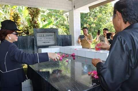 Bupati Vonnie Panambunan ziarah ke makam Walanda Maramis.