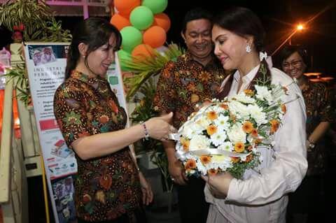 Bupati VAP menerima karangan bunga dari peserta pameran.