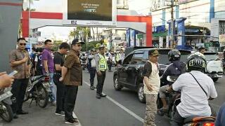 Memantau kondisi lalu lintas didepan it Center Jalan Boulevard.
