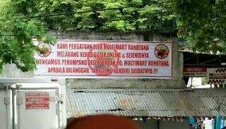 Salah satu spanduk yang berisi kalimat provokasi dan intimidasi terhadap pekerja kendaraan online.