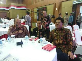 Bupati Sangihe Jabes E Gaghana SE ME dan Wakil Bupati Helmud Hontong duduk bersama disela-sela pembukaan Kegiatan pembekalan.