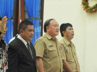 Sekda Kabupaten Minut Jimmy Kuhu (tengah) ikut hadir dalam ibadah ini.