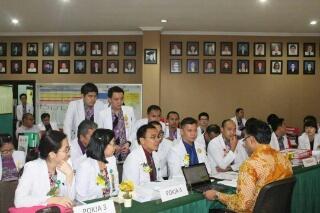 Para Ketua Tim Pokja mempresentasikan setiap standar yang diwajibkan.