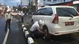 Kendaraan dari luar Kota Manado yang kedapatan parkir diatas trotoar.