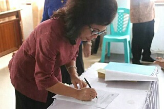 Penatua Paula Runtuwene saat menandatangani surat pengangkatan sebagai Ketua WKI GMIM Wilayah Manado Malalayang Barat.