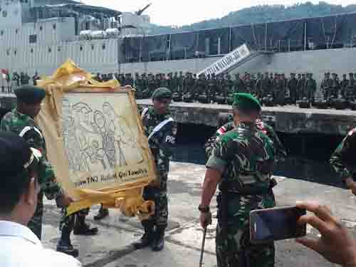 Persembahan Yonif Raider 712/Wiratama kepada Danrem 131/Santiago yang diserahkan di sela upacara.