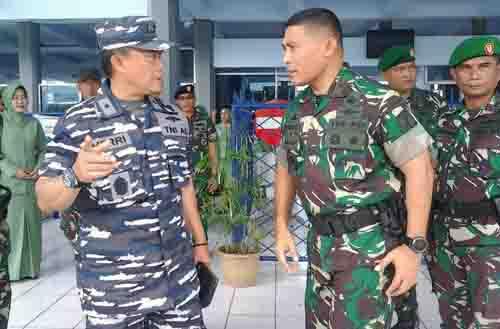 Danrem 131/Santiago Brigjen TNI Joseph Robert Giri SIP MSi (ketiga kanan) berbincang dengan Danlantamal VIII Manado Laksamana Pertama TNI Ahmadi Herri Purwono SE MM.