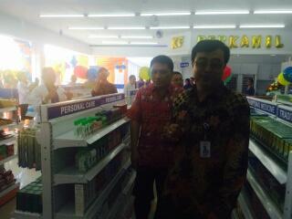 Drs Abdul Aziz MM Apt (depan) mendampingi para undangan meninjau apotek Kimia Farma Perkamil.
