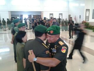 Mayjen TNI Ganip Warsito menyalami Brigjen Purn A.A.B Maliogha usai upacara sertijab.