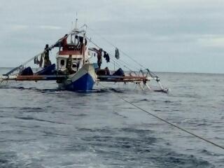Kapal ikan milik nelayan Philipina yang ditarik ke pelabuhan.
