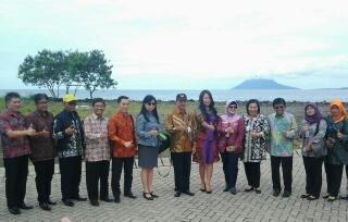 Foto bersama tim BKKBN Pusat dan TP-PKK Sulut bersama kepala SKPD Kependudukan dan KB Provinsi Sulut dan Kota Manado.