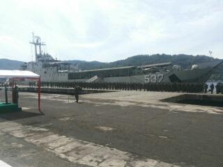Personel Satgas Pamtas RI-RDTL berlatar KRI Teluk Manado-537 di Pelabuhan Bitung.