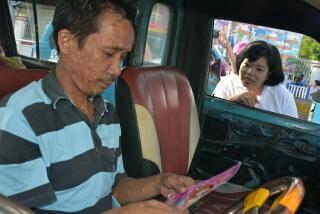 Seorang sopir menyimak isi pamflet dan penjelasan Kadis Kesehatan Sulut dr Debie Kalalo MSc PH terkait stunting.