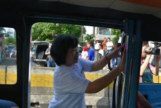 Kadis Kesehatan Sulut dr Debie Kalalo MSc PH memasang stiker di mikrolet.