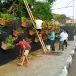 Kelurahan Wenang Selatan Bantu Dinas LH Bersihkan Taman Vertikal Boulevard