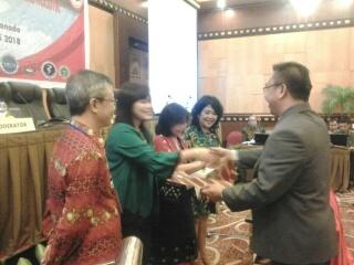 Ketua Panitia dr Adrian Tangkilisan SpB SpBTKV menyerahkan sertifikat kepada pembicara di sesi pertama.