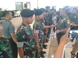 Pangdam memberikan penghargaan kepada perwakilan prajurit.