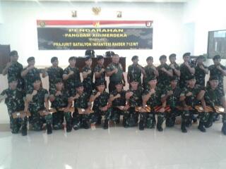 Mayjen TNI Ganip Warsito SE MM bersama perwakilan prajurit Satgas Pamtas RI-RDTL Yonif Raider 712/Wiratama.