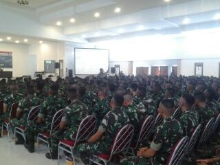 Para prajurit menyimak pengarahan Pangdam.