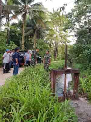Dandim Talaud, Kadis PU, dan Kadis Pertanian meninjau sarana pengairan untuk lokasi cetak sawah di Desa Bantik.