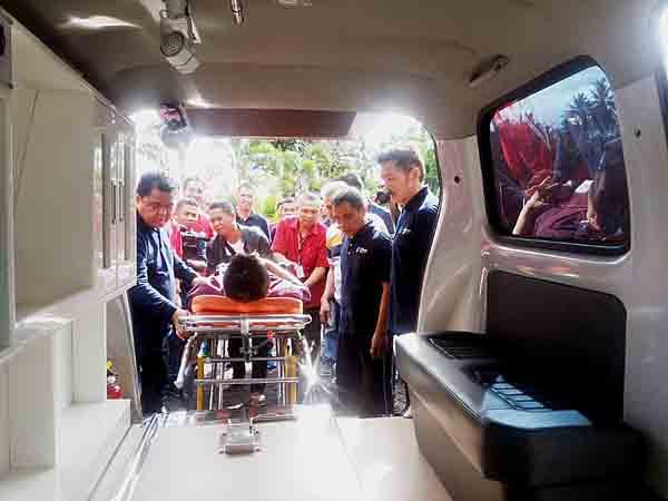 Dr Maxi Rondonuwu DHSM MARS (paling kiri) memimpin simulasi pemindahan pasien ke ambulans baru ini.