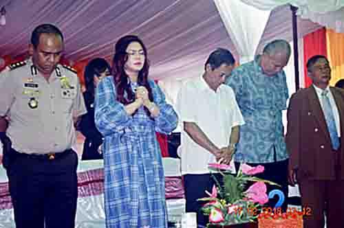 Bupati VAP dalam doa pembukaan acara.