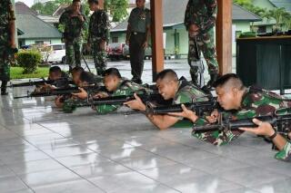 Berbagai posisi menembak dilatih untuk meningkatkan kemampuan prajurit.