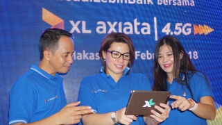 (Dari kiri) General Manager Finance & Management Services North Region XL Axiata Mozes Haryanto Baottong, Vice President (VP) North Region XL Axiata Desy Sari Dewi, dan Regional Marketing Manager (RMM) North Region XL Axiata Luce Lolo, berfoto bersama pada Press Conference Network Brand Launch XL Axiata di Makassar, Sulawesi Selatan, Selasa (13/2).