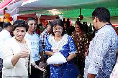 Para Lansia yang menerima beras.